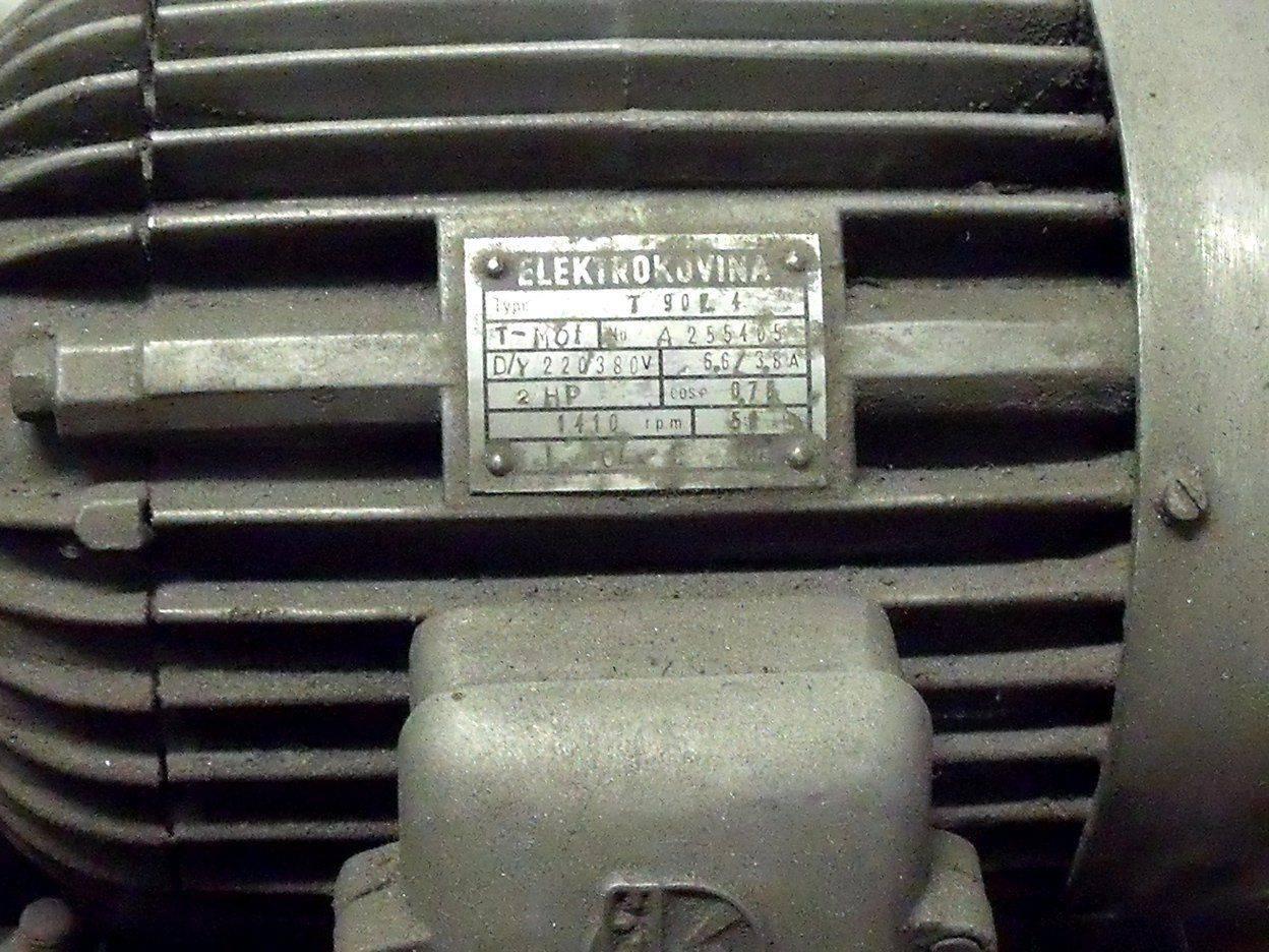 3-Moteur et plaque.JPG