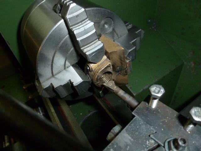 6-Retouchage du diamètre intérieur à 13.5mm avant taraudage M15x1.5mm pas à droite.JPG