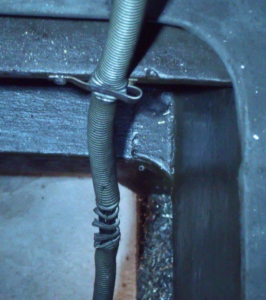 Câble du boitier de commande dans le bati.JPG