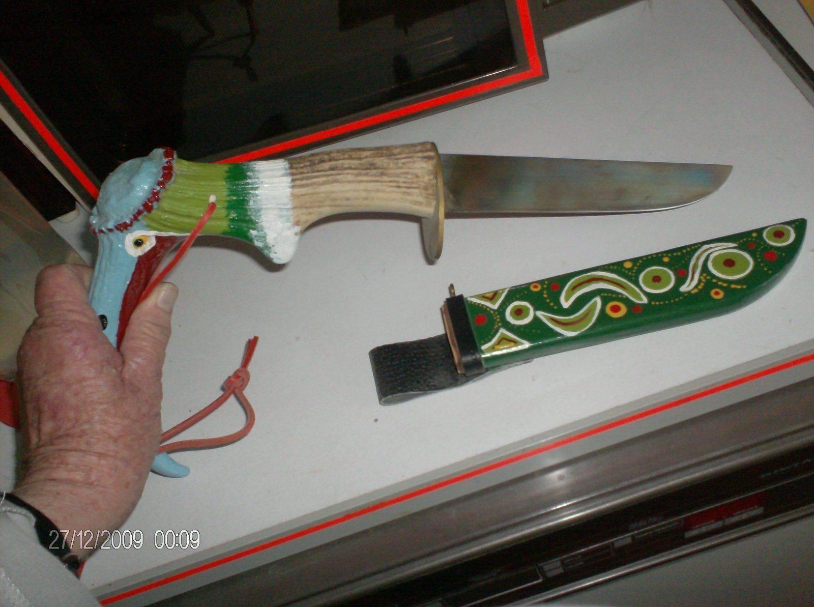 Couteau indien fait avec un andouillé de cerf; Fourreau en bois.jpg