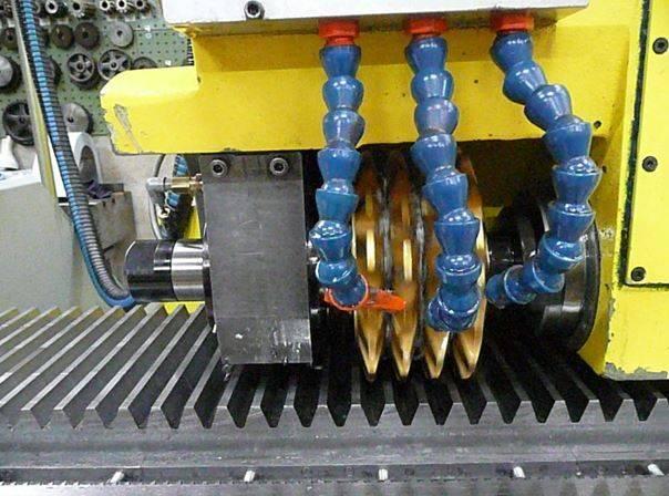 Outil de forme pour crémaillère 20° taillage 3 dents à la fois.JPG