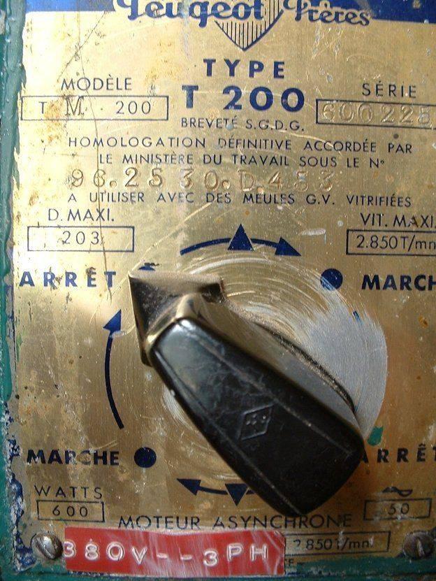 plaque avec étiquette 380V touret Peugeot T200.jpg