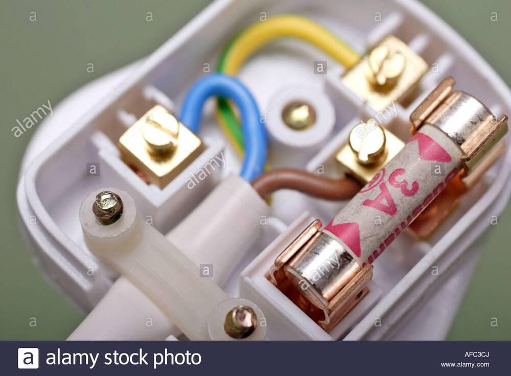 uk-plug-electrique-a-3-broches-a-3-amperes-afc3cj.jpg