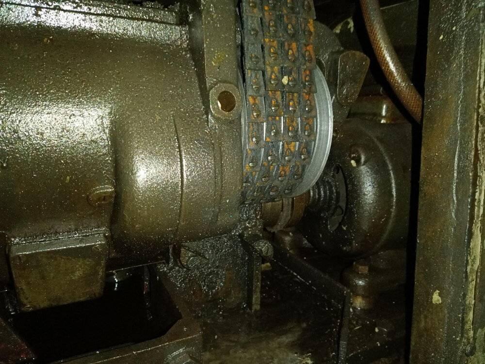 vue moteur-pompe de graissage-train de poulies.jpg